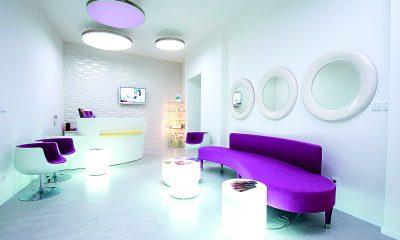 Recepci pražské kliniky Mediestetik dolaďuje uklidňující fialová barva.