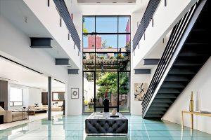 Skleněná podlaha v apartmánu Roberta de Nira dokonale koresponduje s ostatními designovými prvky.