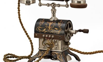 U nejstarších telefonů nechybí klička. Jejím zatočením se generuje signál vyzvánění na druhém aparátu.