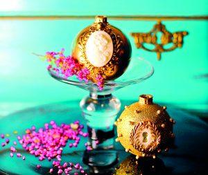 Vánoční dortíčky ve tvaru skleněných baněk