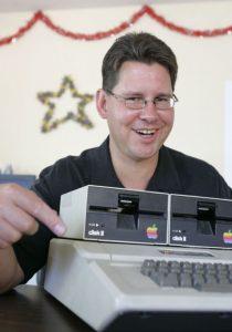Richard Skrenta vypustí do světa první virus, který se rozšíří mimo uzavřenou síť.