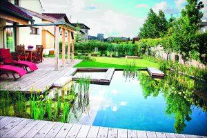 Vodní plochy sluší i menším zahradám. Tato realizace je od značky Flera.