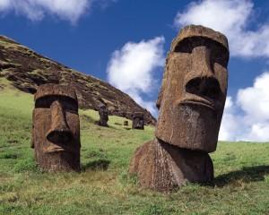 Sochy nazývané moai jsou tradičním symbolem Velikonočního ostrova. Archeologové neustále pokračují s jejich průzkumem. Na ostrově bylo dosud zdokumentováno téměř 900 soch.