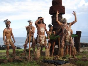 První ostrované zde žili v 10 klanech, které obývaly 16 osad. Legendy mluví například o klanu Miru (Fregatčí klan), který obýval sever ostrova, Marama (Měsíční klan), Haumoana (Pobřežní klan) nebo Tupahotu (klan Tupa).