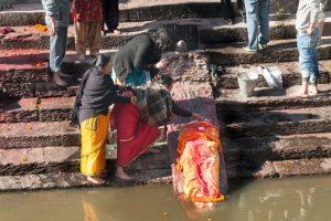 Lidským masem nepohrdnou při svých rituálech ani asketičtí indičtí mniši.