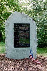 Prostý hrob Eliota Nesse a jeho rodiny. Ness dožíval téměř v chudobě.