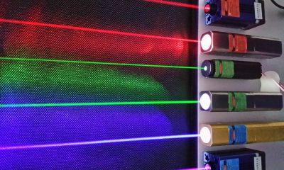 Použité aktivní prostředí a vlnová délka světla ovlivňují barvu laserového paprsku.