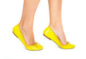 Baleríny a boty bez podpatků nám nohy opticky zkrátí a rozšíří, pokud je nemáme od přírody ladně tvarované.