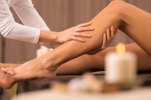 Unaveným nohám udělá dobře masáž čerstvě vylisovanou šťávou.