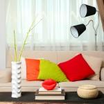 Hřejivý pocit v interiéru docílíme použitím barev z teplého spektra – žlutou, oranžovou, červenou, červenofialovou nebo čokoládově hnědou.