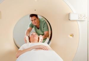 Lékař roztroušenou sklerózu pozná z vyšetření magnetickou rezonancí a vyšetřením mozkomíšního moku.