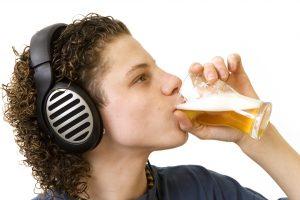 V pití alkoholu děti nikdy nepodporujte, i kdyby už byly podle zákona dospělé. Na láhev si prostě musí našetřit z vlastního kapesného, s účastí rodičů nesmí počítat. Na druhou stranu není potřeba alkohol ani démonizovat. Nejdůležitější je správný vlastní příklad.