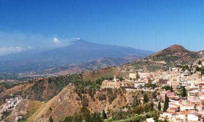 Pohled z vyhlídky nad Taorminou, vzadu dýmající Etna